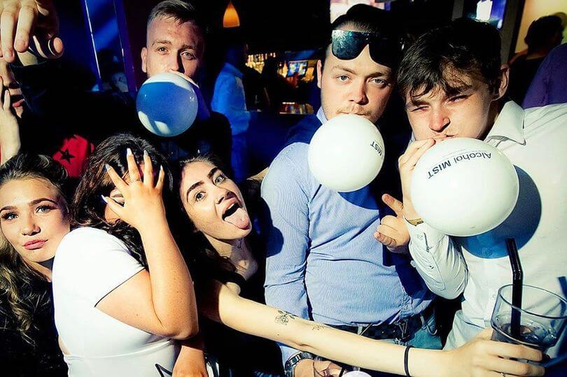 英國年輕人吸酒精蒸氣