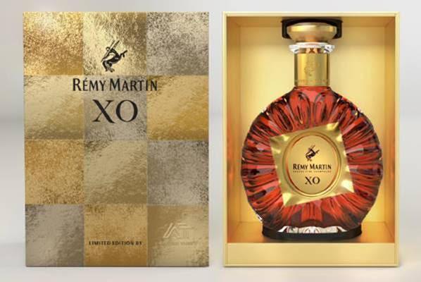 玻璃鍍金彩繪技術讓禮盒表面呈現出奢華臻雅的鏡面質感